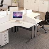 Estação de trabalho formato L em mesas autoportantes